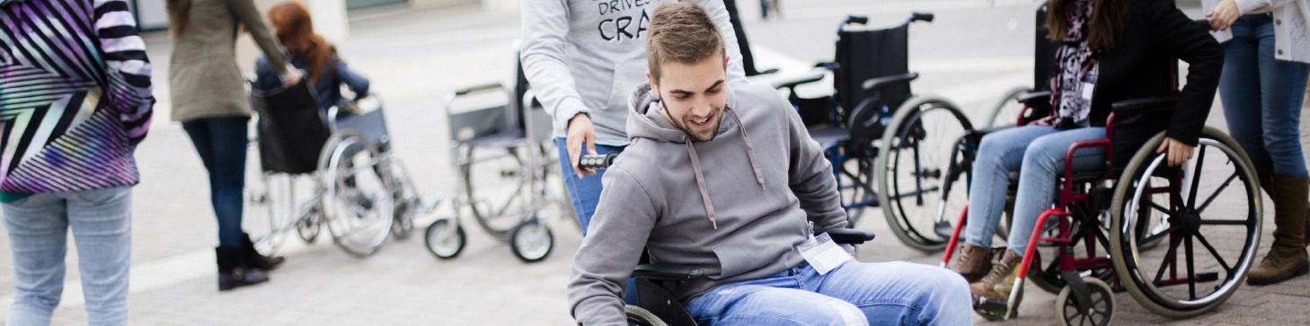 xic en cadira de rodes el dia internacional de la discapacitat