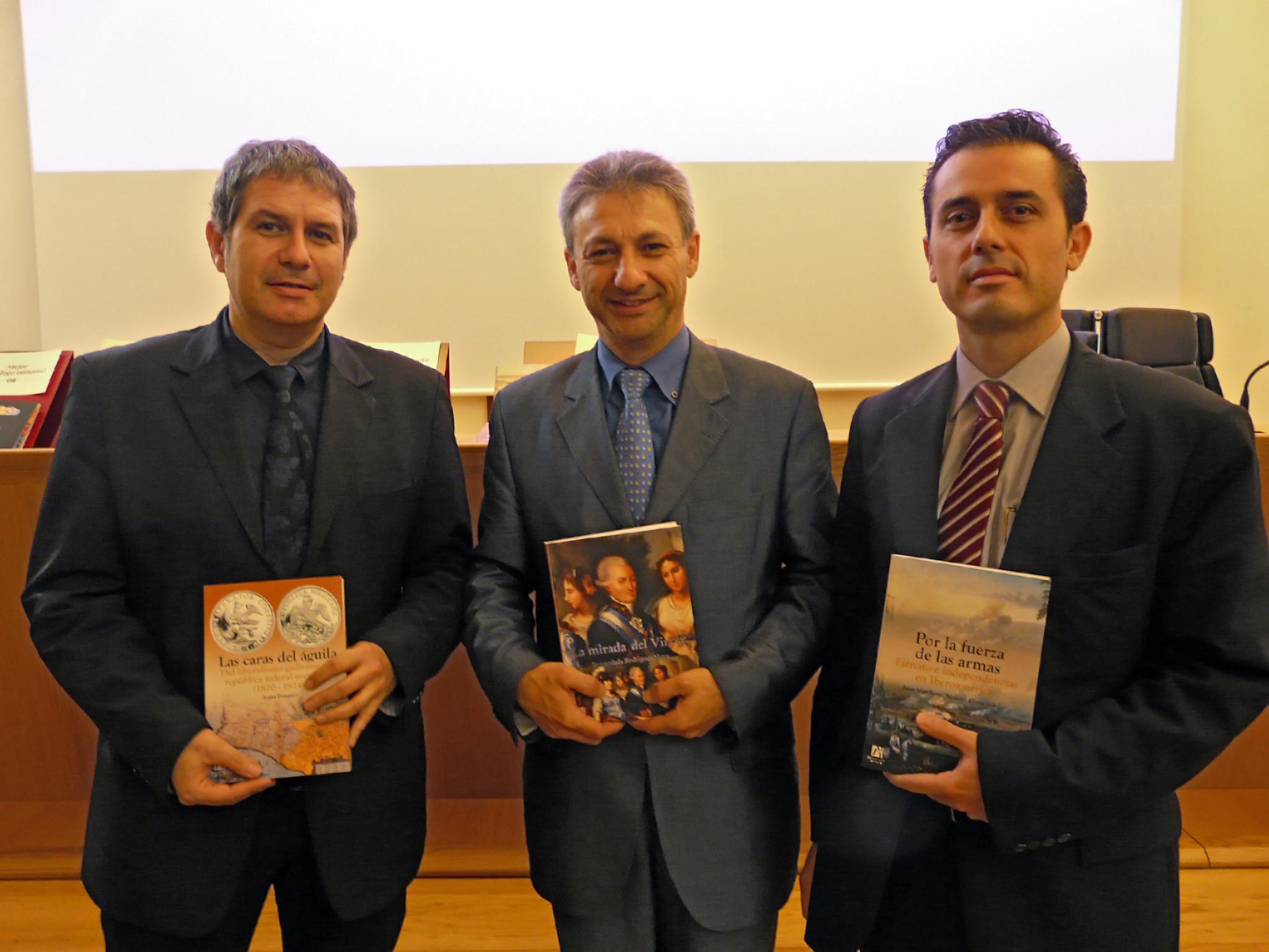 Foto dels tres representants de l'Universitat Jaume I en la recollida del premi. De dreta a esquerra Sr. Francisco Fernández, Sr. Francisco Toledo i Sr. Manuel Chust